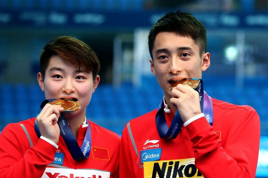 Gold medallists Si Yajie and Lian Junjie of China.