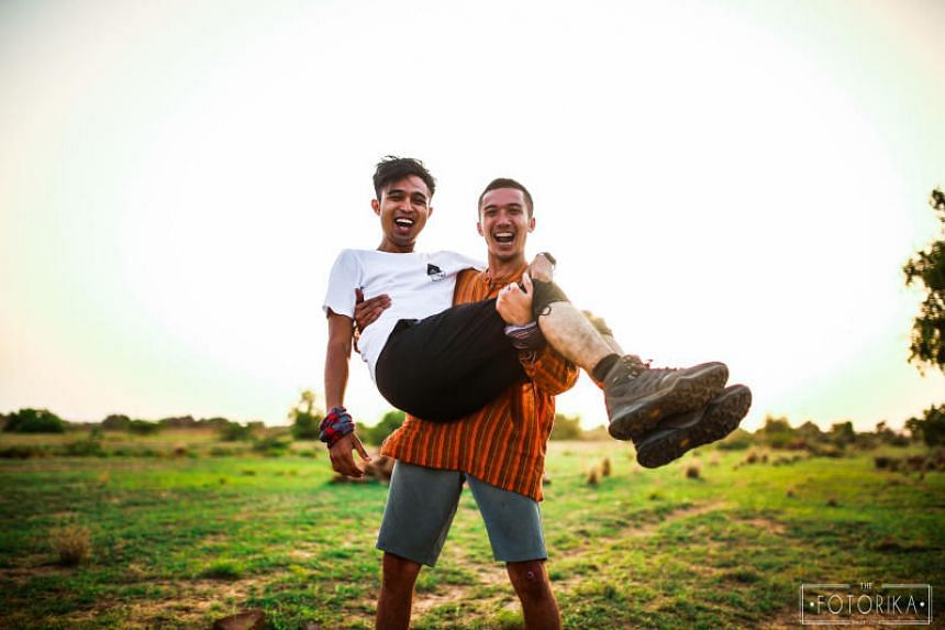 Backpacking cousins become unlikely middlemen for Indian