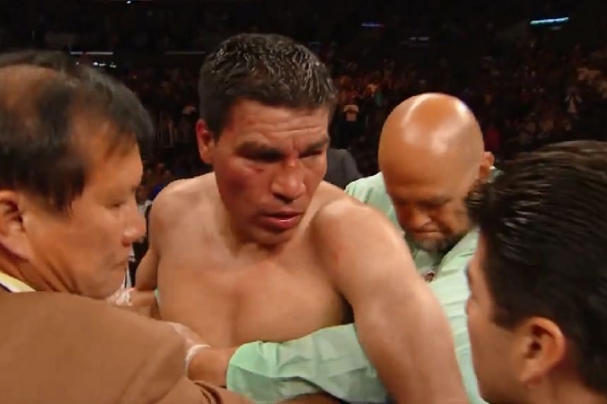 Baldomir in the ring (centre) during a boxing match against Saul Alvarez.