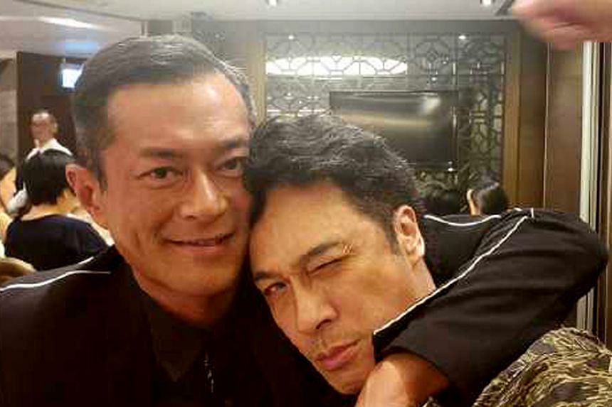 Hong Kong actor Francis Ng posted a photo of him with actor Louis Koo on Weibo, asking who is more handsome.