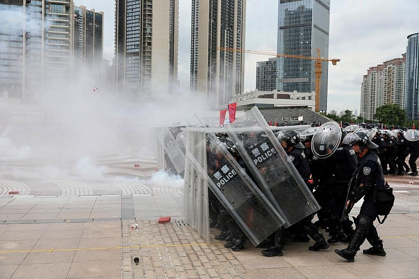 Police officers taking part in an anti-riot drill in Shenzhen, Guangdong province, yesterday. While analysts believe Beijing will not send in the troops to restore order, it has sent signals that the military option is on the table to deal with the p
