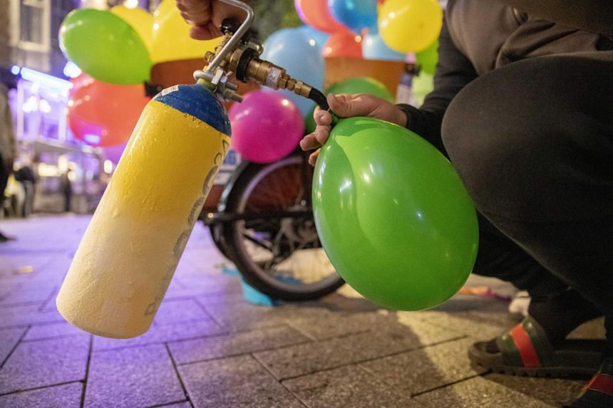 Laughing gas can be inhaled from whipped cream dispensers or balloons. Its consumption causes a short period of intoxication.