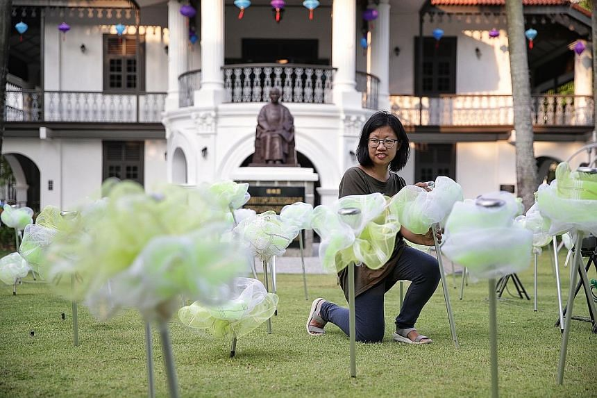 Moonflowers Of Mid-Autumn is a luminescent outdoor art installation featuring 250 stalks of sustainable glow-in-the-dark flower sculptures at the lawn of Sun Yat Sen Nanyang Memorial Hall in Balestier. A collaboration between the memorial hall and lo