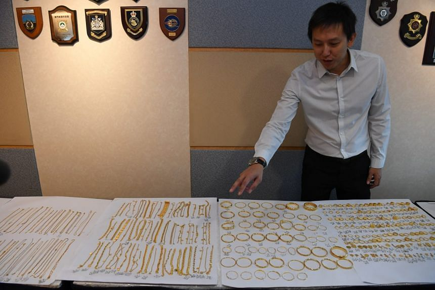 Deputy Superintendent Tan Lian Heng showing the recovered loot from the robbery during a media conference on Aug 16, 2019.