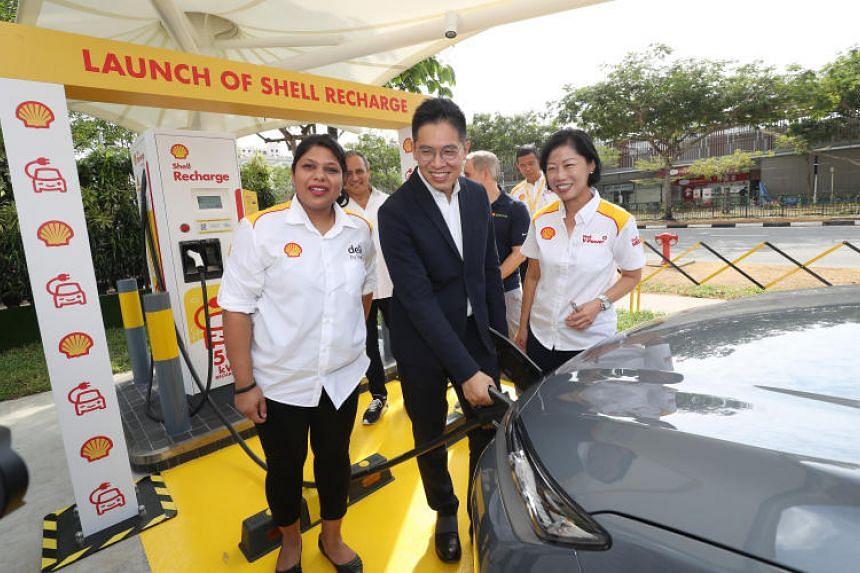 Ms Aarti Nagarajan (General Manager, Shell Retail Singapore), Mr Chng Kai Fong (Managing Director, Economic Development Board) and Ms Aw Kah Peng (Chairman, Shell Companies in Singapore) launching Shell's first EV charger, Shell Recharge, in Singap