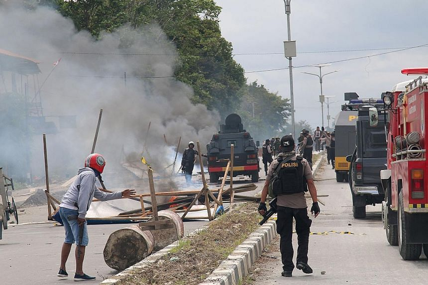Indonesian riot police fired warning shots in the air to disperse the crowd yesterday in Timika city, while a reporter saw protesters throwing rocks at police and trying to rip down a fence surrounding the Parliament building. National police spokesm
