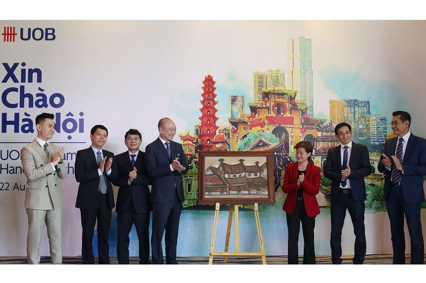 (From left) UOB Hanoi branch director Jason Yeo, Foreign Investment Agency deputy director Vu Van Chang, State Bank of Vietnam Hanoi director Nguyen Minh Tuan, deputy chairman and group chief executive officer of UOB Wee Ee Cheong, Singapore's Ambass
