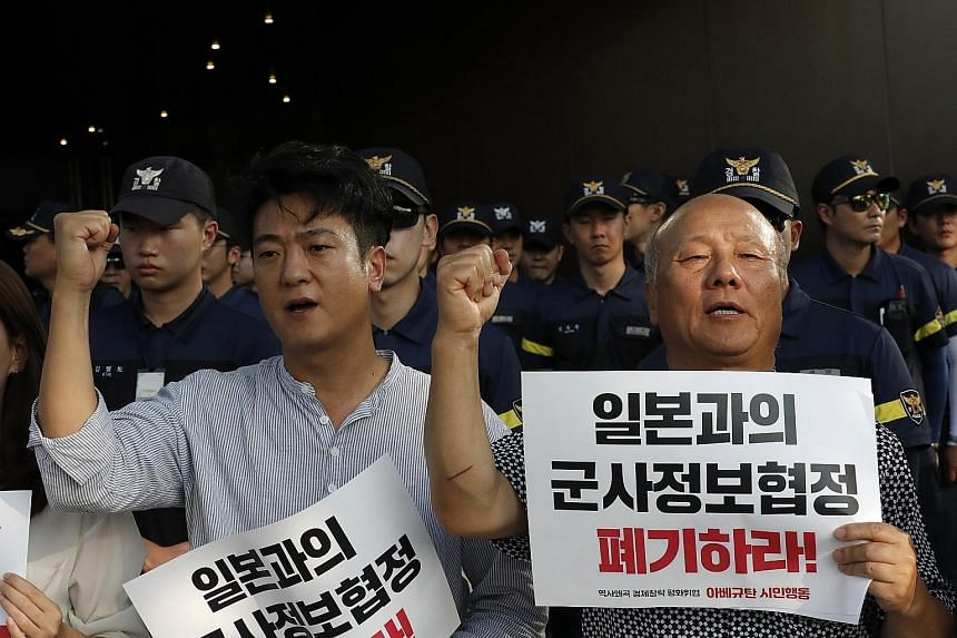 South Korean protesters urging their government to abolish the General Security of Military Information Agreement with Japan amid a row between the two countries on political and trade disputes. PHOTO: ASSOCIATED PRESS