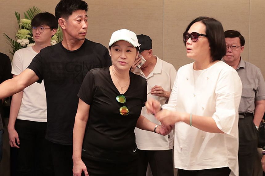(From left) Actor Huang Shinan and Bai Yan's god-daughters Ye Sumei and Zeng Huifen at Bai Yan's funeral on Aug 23.