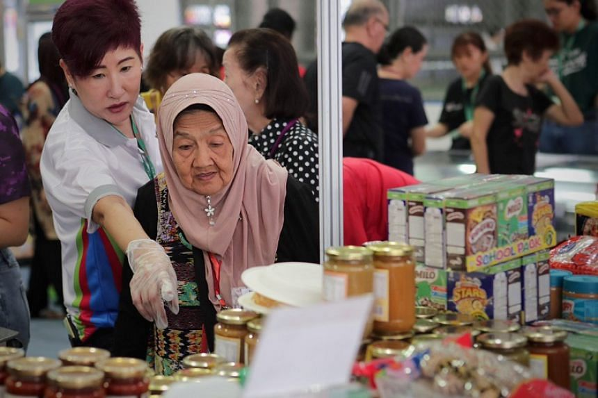 Organised in partnership with Sheng Siong Supermarket and the Heartwarmers Volunteer Group, the Tampines Project 100=50 initiative sells grocery items at cost price.