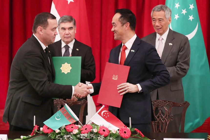 Prime Minister Lee Hsien Loong and Turkmenistan President Gurbanguly Berdimuhammedow look on as Senior Minister of State for Trade and Industry Koh Poh Koon and deputy chairman of the Cabinet of Ministers of Turkmenistan Gochmyrat Myradov sign an agr