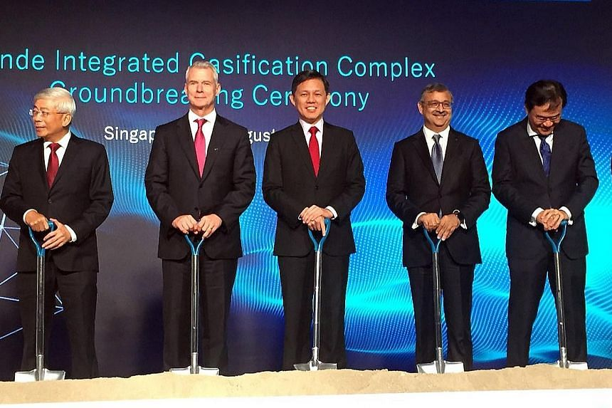 Trade and Industry Minister Chan Chun Sing (centre) at Linde's ground-breaking event with (from left) ExxonMobil Asia-Pacific managing director Gan Seow Kee; Linde CEO Steve Angel; Linde Asia-Pacific CEO Sanjiv Lamba; and Economic Development Board e