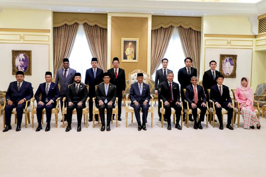 Foreign Minister Vivian Balakrishnan (fourth from right) at an audience with the ruler of Kedah, Sultan Sallehuddin Sultan Badlishah (centre), on Aug 29, 2019.