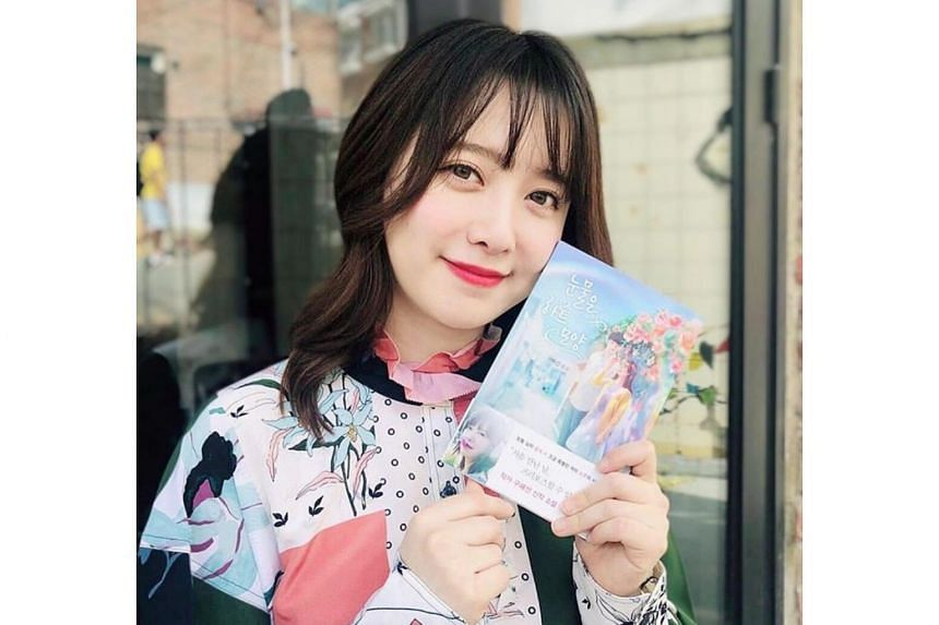 Ku Hye-sun has drawn sympathy, with fans lapping up her recent art exhibition and romance novel Tears Are Shaped Like Hearts, which also features stories about her marriage.