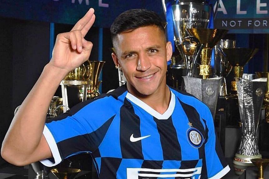 Alexis Sanchez, who hopes to revive his career, in an Inter jersey in front of their numerous trophies.