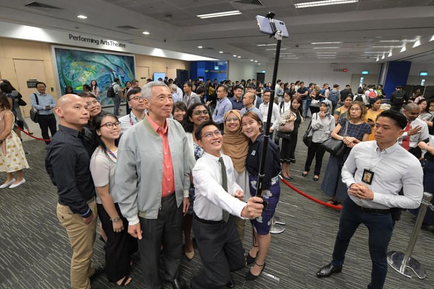 Prime Minister Lee Hsien Loong taking a photo with participants of the Singapore University of Social Sciences' inaugural ministerial dialogue on Sept 4, 2019.