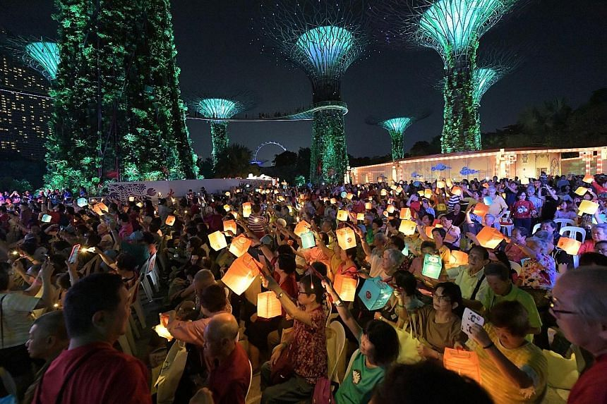 A total of 880 seniors took part in a mass singalong yesterday evening at Supertree Grove in Gardens by the Bay, to celebrate the Mid-Autumn Festival, which falls on Friday. Education Minister Ong Ye Kung led the elderly in the singalong as well as o