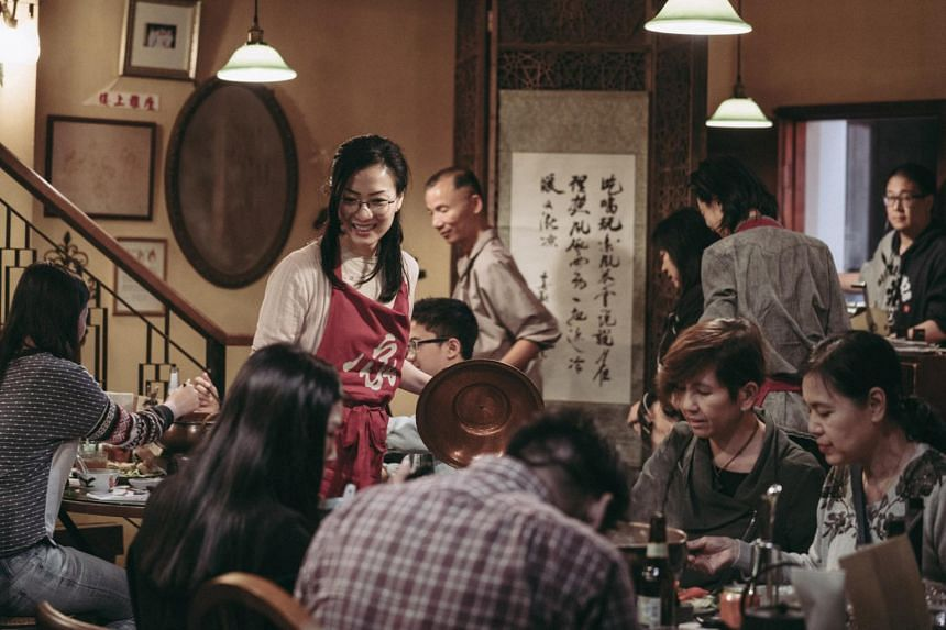 With the death of her estranged father Ha Leung (Kenny Bee), travel agent Acacia (Sammi Cheng) inherits his hot pot restaurant.