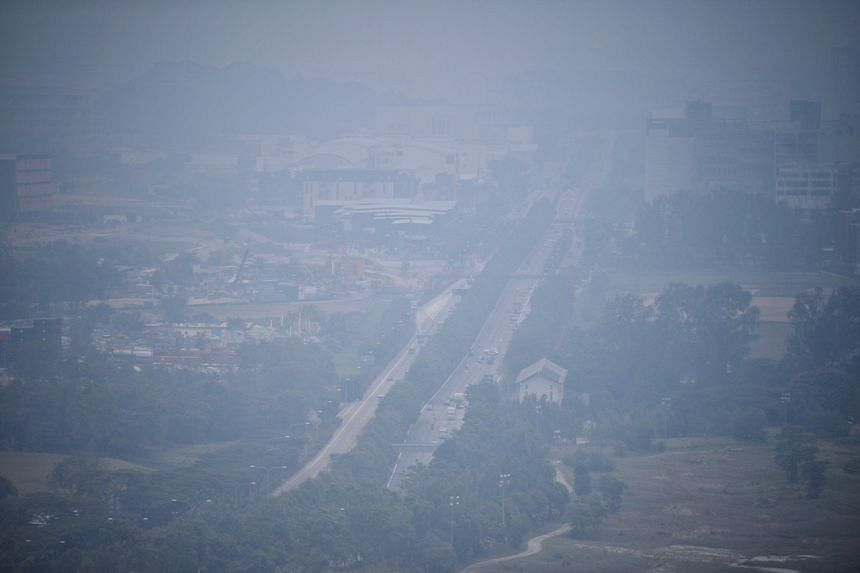 Haze blankets western Singapore and spoils the day for tourists at