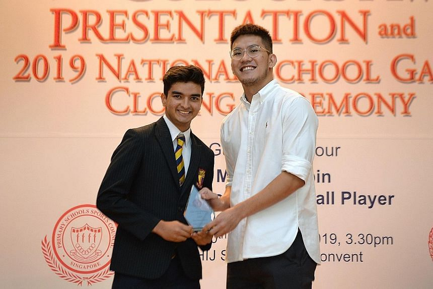 Gune Atharva Rahul receiving his cricket Best Sportsboy prize from national cager Ng Han Bin.