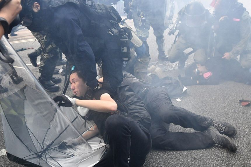 Police arrest protesters outside Lippo Centre on Sept 29, 2019.