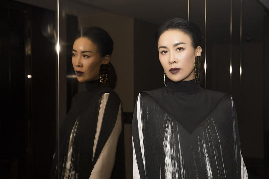 Supporters of Chinese singer Na Ying point to media reports that said the celebrity's assistant had already warned the girl not to film the artist with her smartphone.