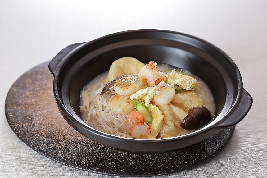 Braised Rice Vermicelli With Seafood In Claypot ($28).