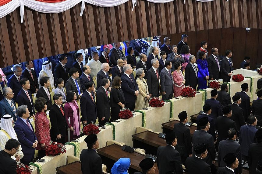 Above: Prime Minister Lee Hsien Loong and his wife, Mrs Lee, with Indonesian President Joko Widodo and his wife, Madam Iriana, at Istana Merdeka yesterday morning, before the formal swearing-in ceremony. PHOTO: LIANHE ZAOBAO Right: PM Lee and other w