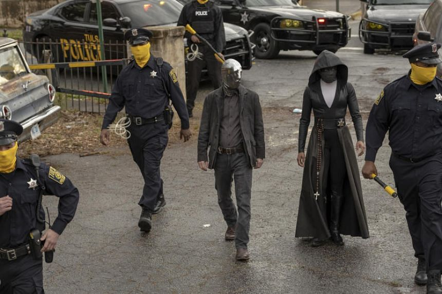 Damon Lindelof's version of Watchmen takes place three decades after the events of the comics: an alternate present where masked superheroes have been outlawed, but the police are now wearing masks themselves.