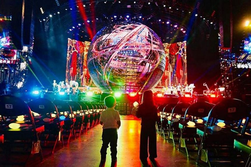 """Jay Chou thanked """"all the crew and performers from his new tour who took the afternoon off to execute a dedicated show for just Hathaway and Romeo""""."""