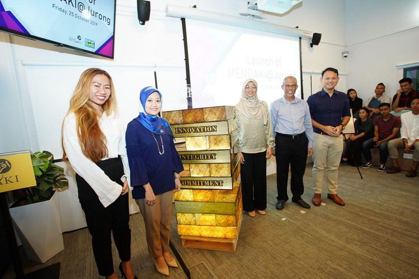 (From left) Mendaki Youth Excellence Award 2018 recipient Noryn Sazali, MP for Jurong GRC Rahayu Mahzam, CEO of Yayasan Mendaki Rahayu Buang, Minister-in-charge of Muslim Affairs and Mendaki chairman Masagos Zulkifli and Minister of State for Nationa