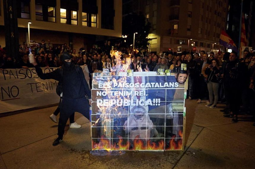 Photograph of the Catalan separatists burning the Spanish king