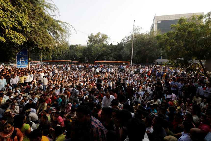 Delhi Cops protest outside Police Headquarters against clashes with lawyers