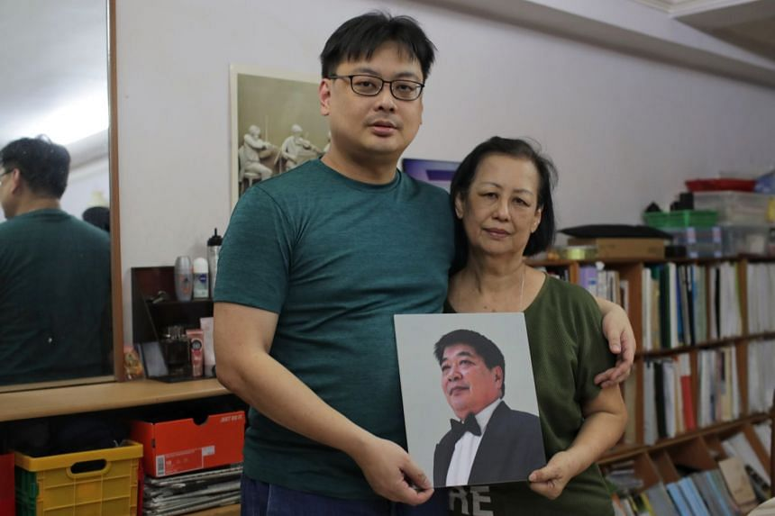 (From left) Musician Lin Yingfong and mother Ng Meow Hoe holding photo of her husband Lin Ah Leck, who died of dengue on Oct 13.