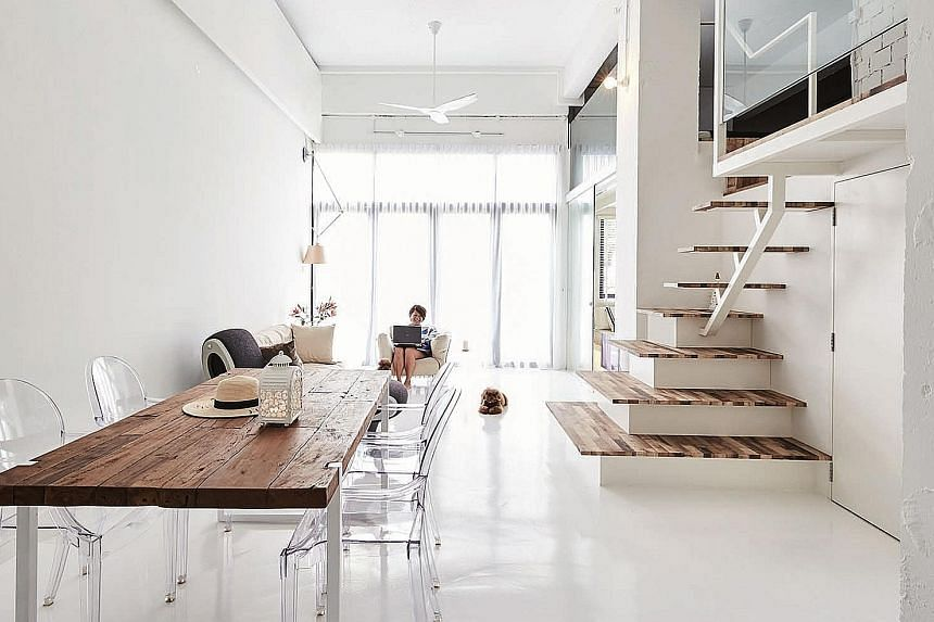 (Above) The wood-like laminate of the stairs to the mezzanine level contrasts with the all-white surroundings.