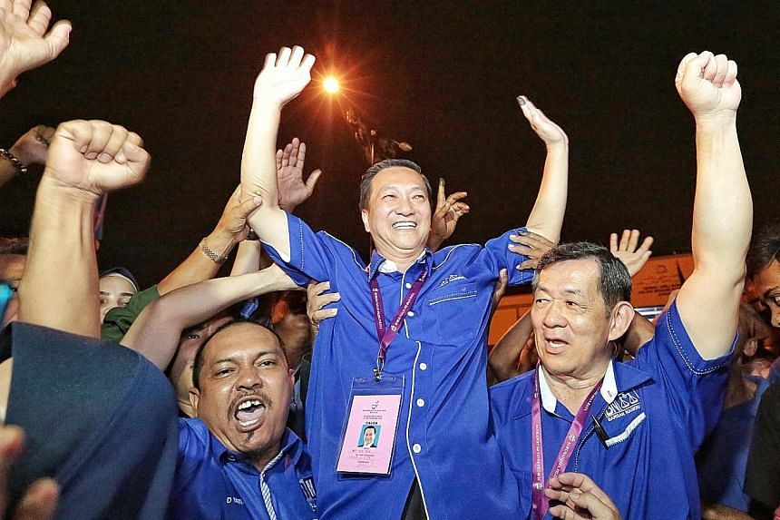 Datuk Seri Wee Jeck Seng (centre), from the opposition Barisan Nasional coalition, celebrating his victory in the Tanjung Piai by-election in Johor state last Saturday. PHOTO: SHIN MIN DAILY NEWS