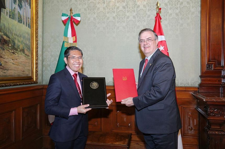 Senior Minister of State for Defence and Foreign Affairs Maliki Osman and Secretary of External Relations Marcelo Ebrard Casaubon formally renew the Memorandum of Understanding on International Development Cooperation.