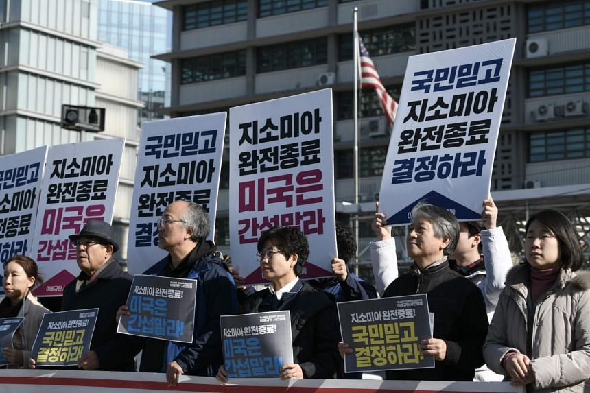 """South Korean protesters hold placards reading """"complete end to GSOMIA, the US should stop interfering"""" during a rally in front of the US embassy in Seoul on Nov 22, 2019."""