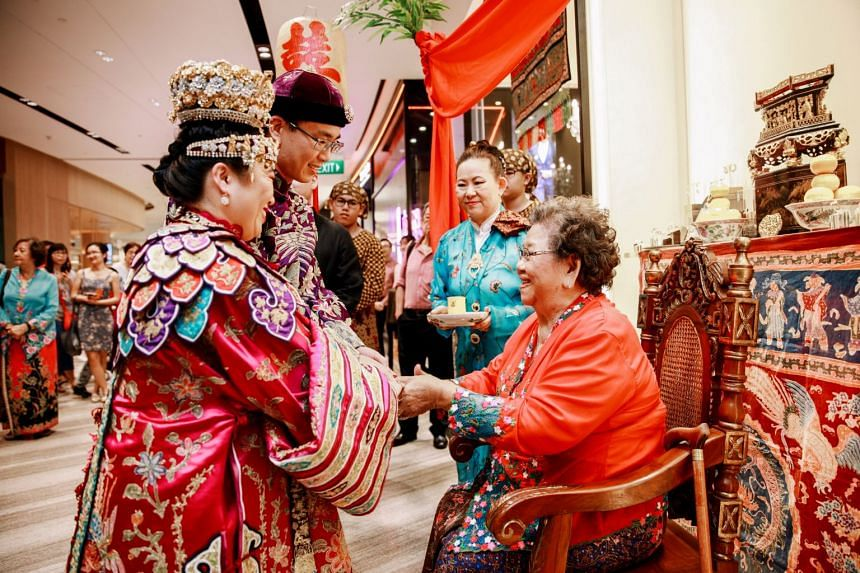 The maternal side of the groom's family are the founders of Asian Artistry Fine Jewellery at Jewel, one of the Peranakan jewellers in Singapore.