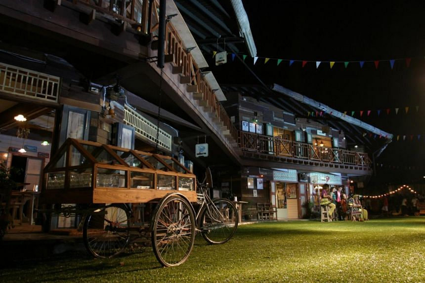 Plearn Wan Hua Hin is an antique-style shopping village featuring traditional foods, handicrafts, clothes, collectible items and classical architecture that depict the lifestyle of Thai people in the past.