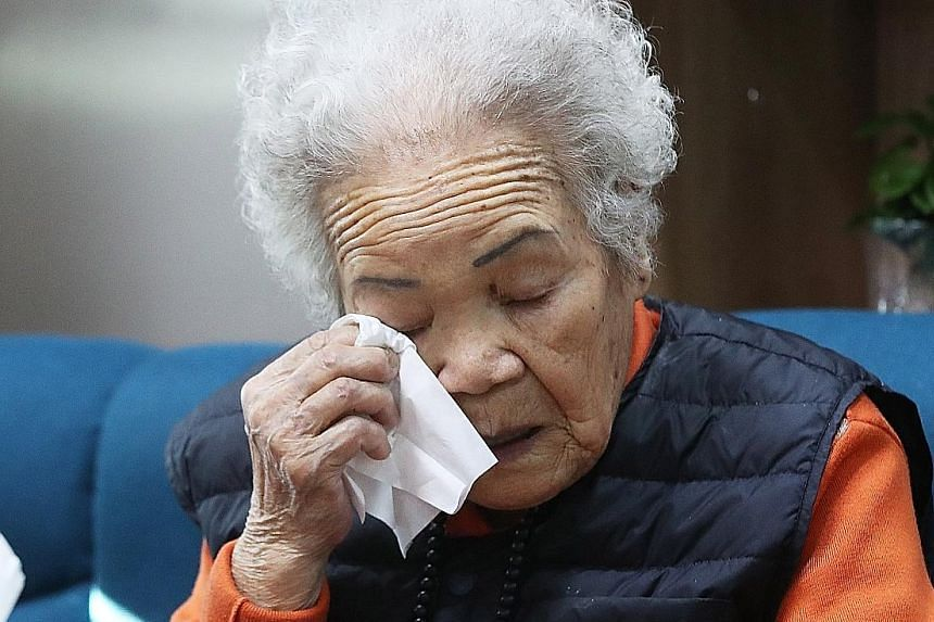 Former comfort woman Lee Ok-sun crying at a shelter in Gwangju, during a TV broadcast of the Constitutional Court's ruling yesterday.