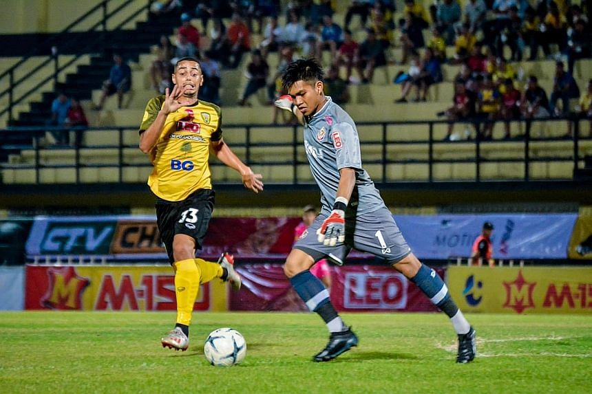 Singapore goalkeeper Izwan Mahbud in action for Thai League 2 side Nongbua Pitchaya. He has signed for League 1 outfit Trat, and will be one of four Singaporeans in the Thai top tier next season. ST PHOTO: FACEBOOK/ NONGBUA PITCHAYA