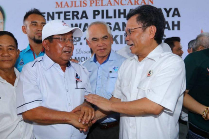 Former assemblyman Karim Bujang (left) shakes hands with Parti Warisan Sabah president Shafie Apdal on Jan 2, 2019.