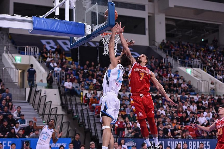 Singapore Slingers' Marcus Elliott going up against Fubon Braves' Lin Meng-hsueh in Taipei. He was the visitors' third-highest scorer with 17 points. PHOTO: ASEAN BASKETBALL LEAGUE