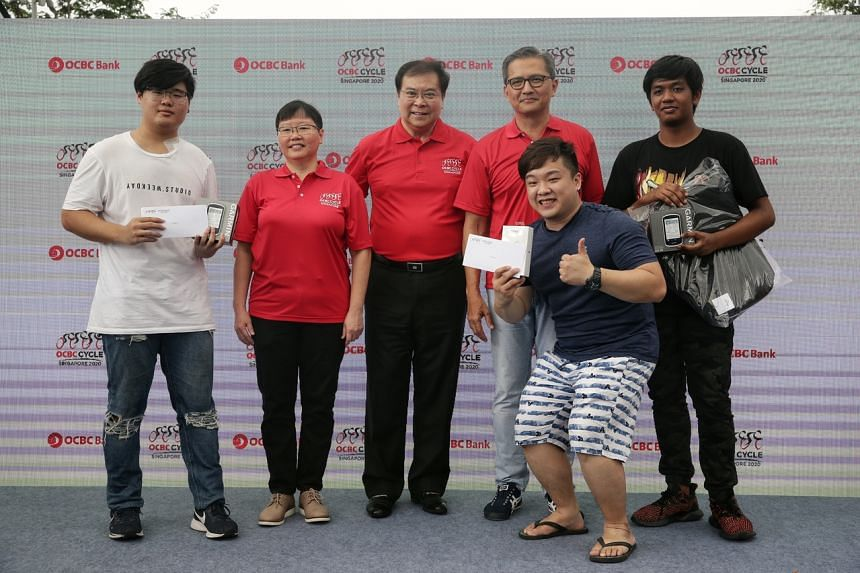 Joseph Wong (left), Amir Syariqul Haekal Amir Razif Shari (right) and Benjamin Ng (second from right) with The Straits Times Sports Editor Lee Yulin (second from left), OCBC Bank's Group chief executive officer Samuel Tsien (centre) and Sport Singapo