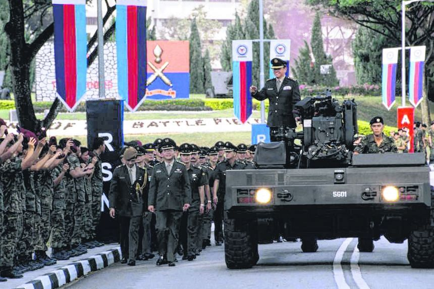 LG (Ret) Ng Jui Ping on the FH2000 howitzer bidding goodbye to servicemen at his farewell parade at Khatib Camp, on June 30, 1995.