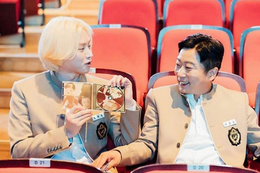 Super Junior's Heechul (left) and comedian Lee Soo-geun (right).