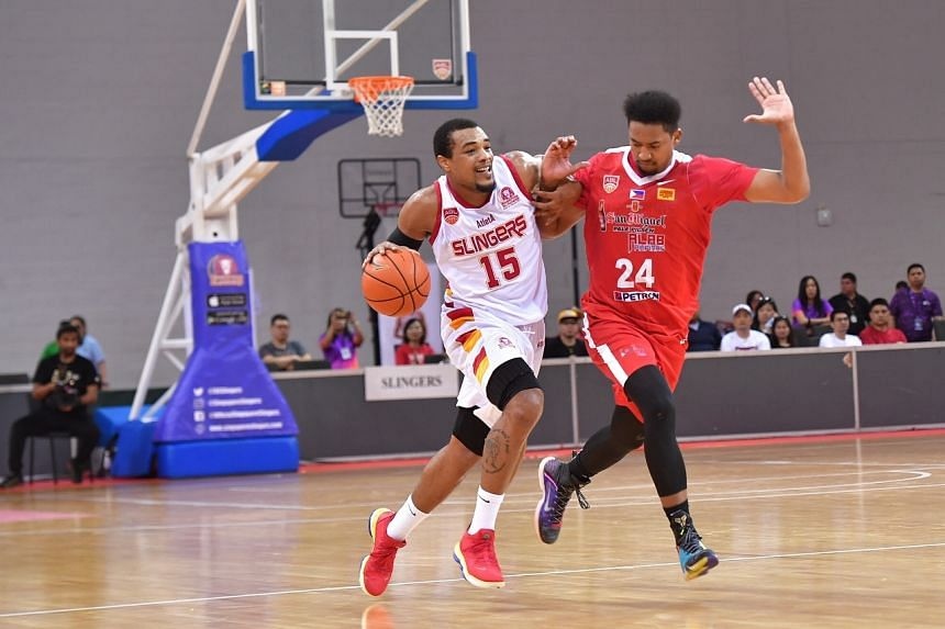 Singapore Slingers' Xavier Alexander (15) squares off with Alab Pilipinas' Brandon Ganuelas-Rosser on the court on Jan 12, 2020.