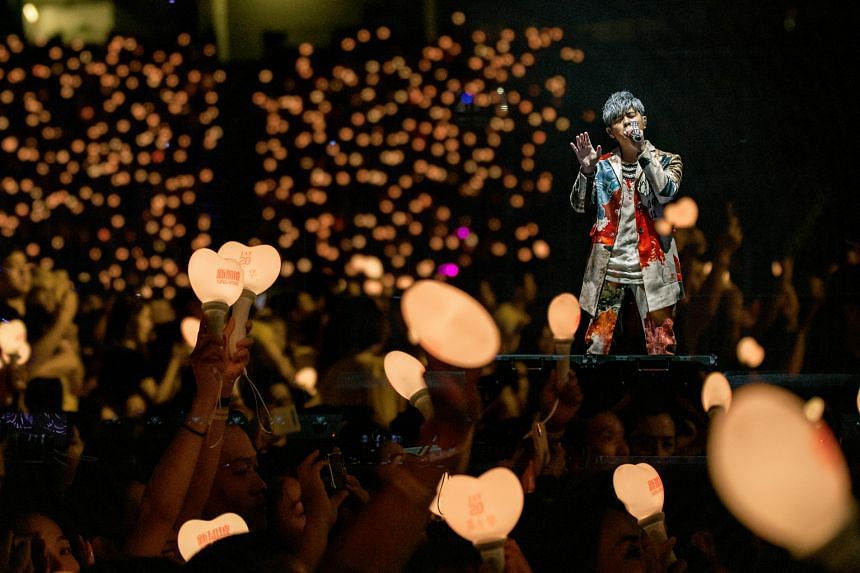At one point in the show, Jay Chou sang the song Simple Love while the audience's heart-shaped lightsticks created a sea of illuminated bouncing hearts.