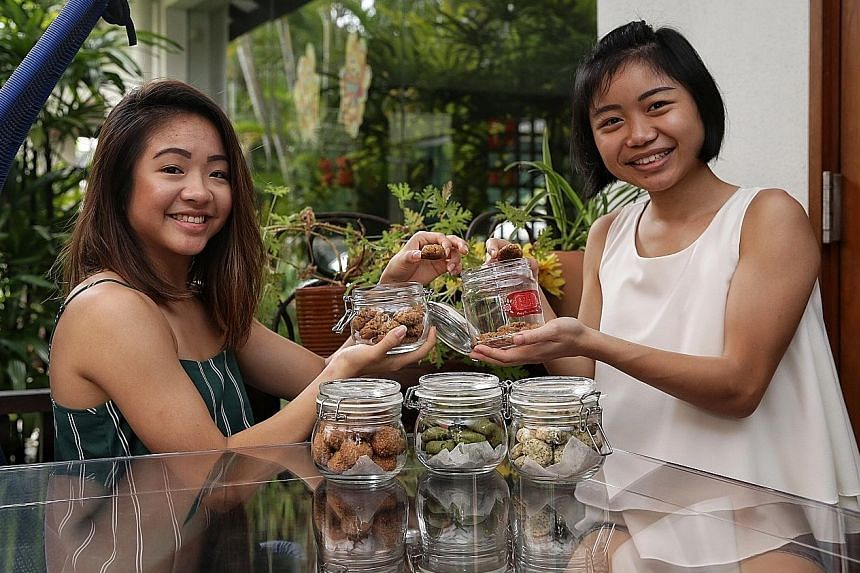Ms Levine Thio (left), who sells vegan bakes, has joined Ms Coco Oan in her venture to reduce plastic waste by giving a discount to customers who bring their own containers.